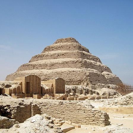 Vista general del complejo funerario del rey Netcherikhet, con la pirámide escalonada incluida