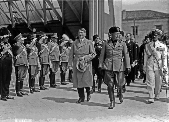 Adolf Hitler en su visita a Venecia en 1934, acompañado de Benito Mussolini