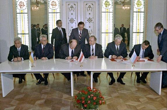 Fotografía de la firma del Tratado de Belovezh