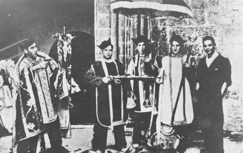 Unos milicianos republicanos burlándose de los vestuarios y ceremonias litúrgicas en la guerra civil española