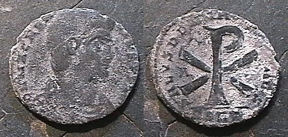 Moneda del emperador Constantino I con el crismón en el reverso