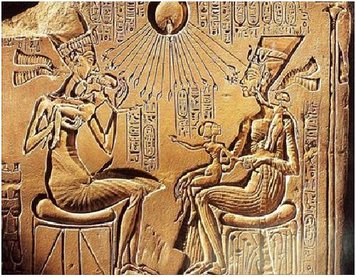 Relieve en el que Akhenatón y su familia son tocados por los rayos solares del dios Atón, uno de los momentos clave de la adoración al sol en el antiguo Egipto