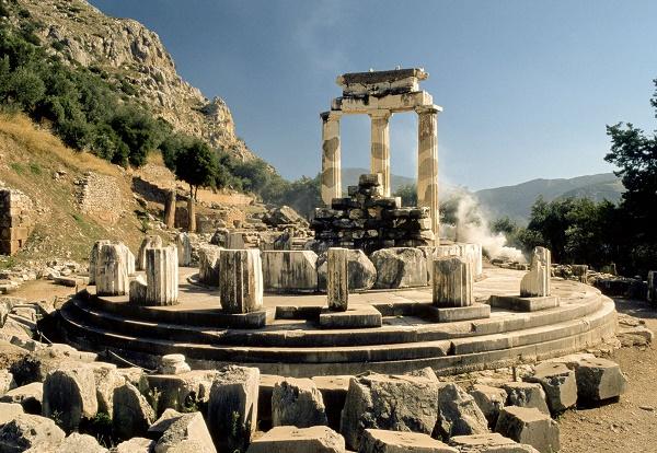 Estado actual del tholos de Atenea Pronaia, ubicado en el exterior del santuario de Apolo en Delfos
