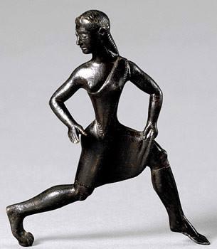 Estatuilla de bronce de una mujer en la antigua Esparta corriendo