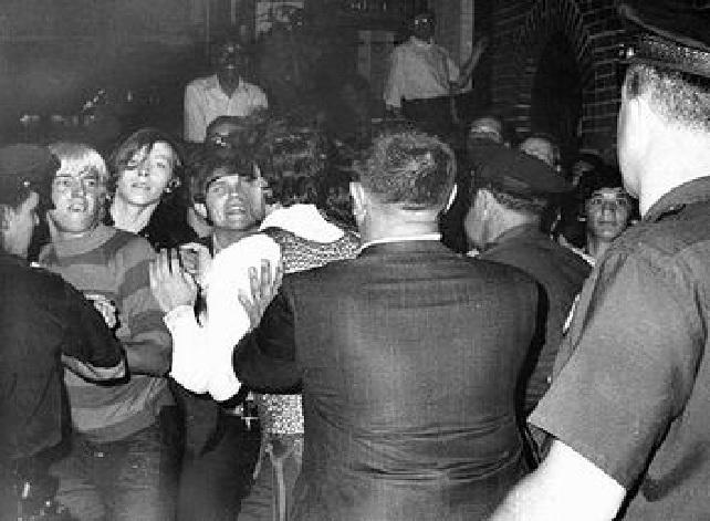 Fotografía de los disturbios de Stonewall, el origen del Día del Orgullo