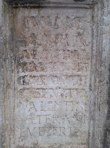 Inscripción de la Valentia romana en que aparece la distinción entre veterani y veteres.