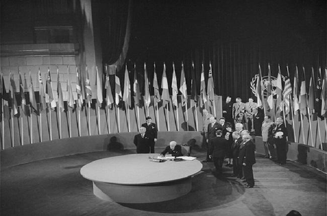 Firma de la Carta de las Naciones Unidas durante la Conferencia de San Francisco