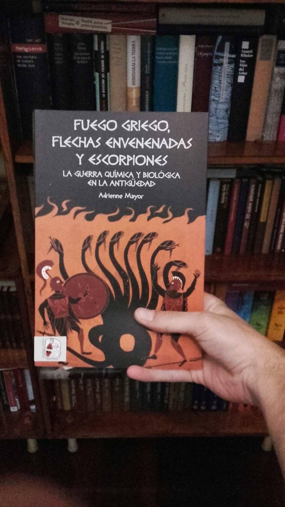 """Posando con mi ejemplar de """"Fuego griego, flechas envenenadas y escorpiones"""""""