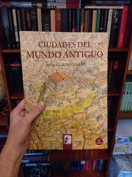 """Posando con mi ejemplar de """"Ciudades del mundo antiguo"""" de Jean-Claude Golvin"""