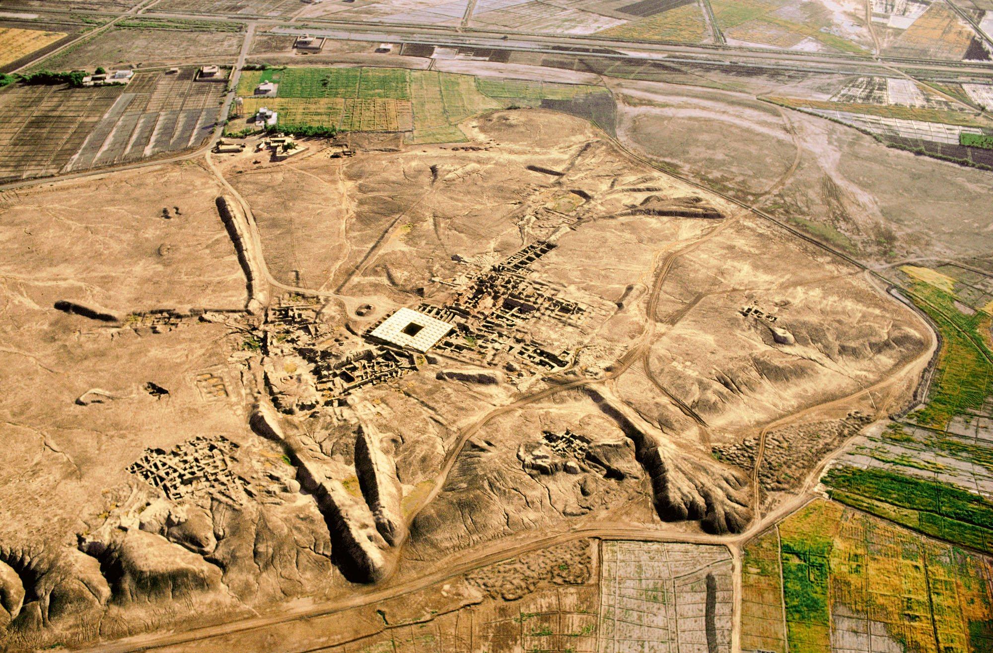 Vista desde el aire del yacimiento arqueológico de la ciudad de Mari