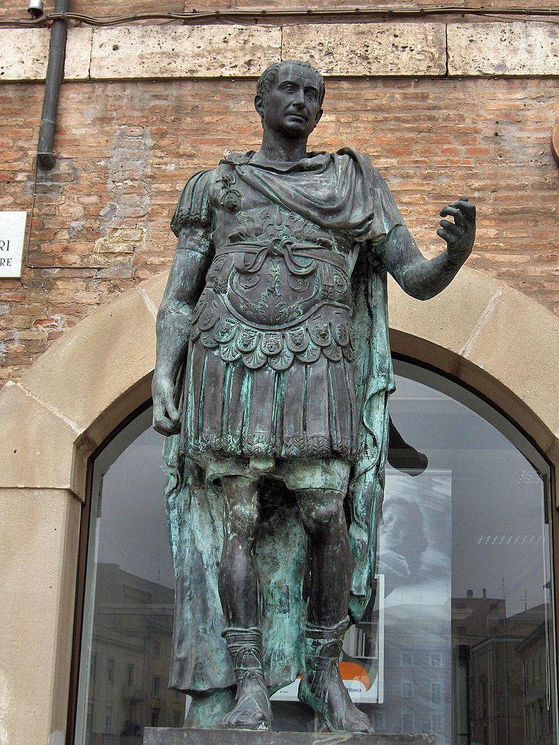 Estatua de bronce de Julio César, creador de la primera de las naumaquias