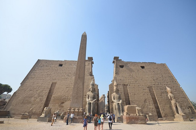 Pilono y estatuas sedentes de Ramsés II en la entrada al templo de Luxor