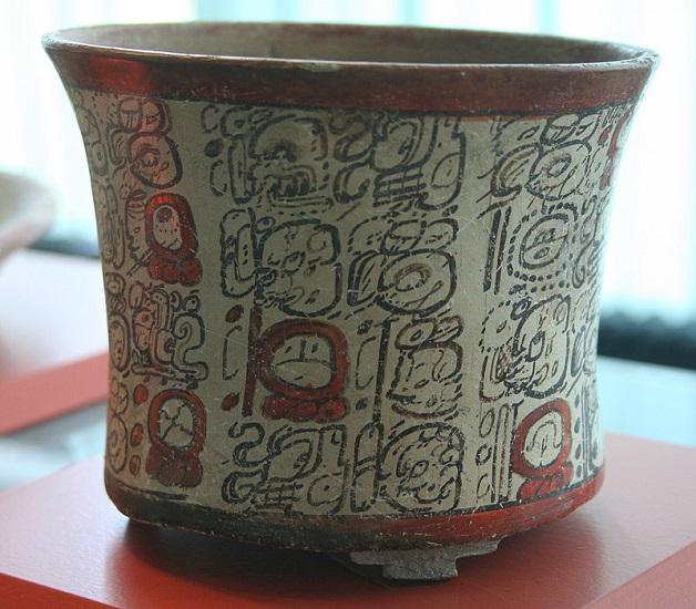 Vasija de cerámica policromada con escritura maya