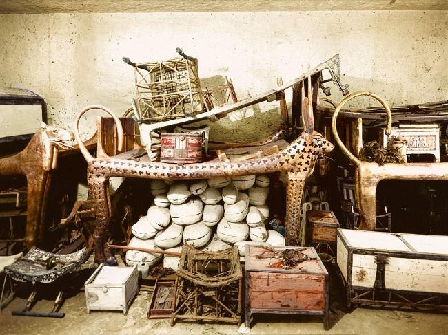 Fotografía tomada por Harry Burton en diciembre de 1922 de los objetos de la antecámara de la tumba de Tutankamón
