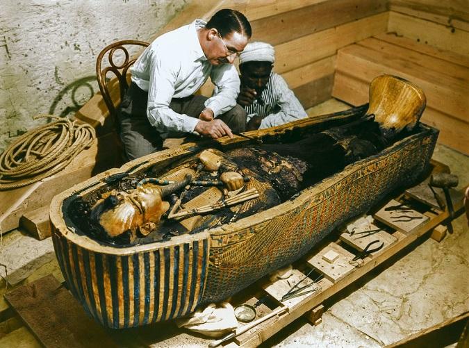 Howard Carter examinando el último ataúd de Tutankamón, que contenía la momia en su interior